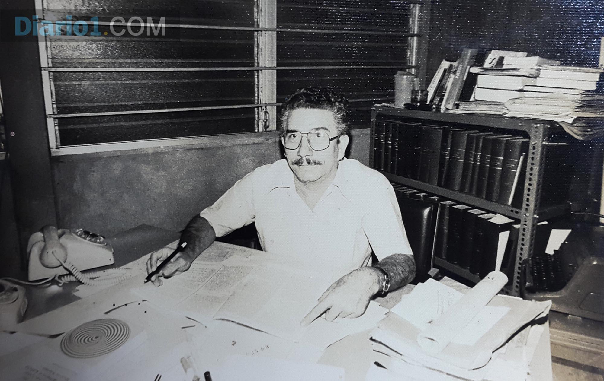 Foto D1. Italo López Vallecilllos en su oficina de la Editorial Universitaria.