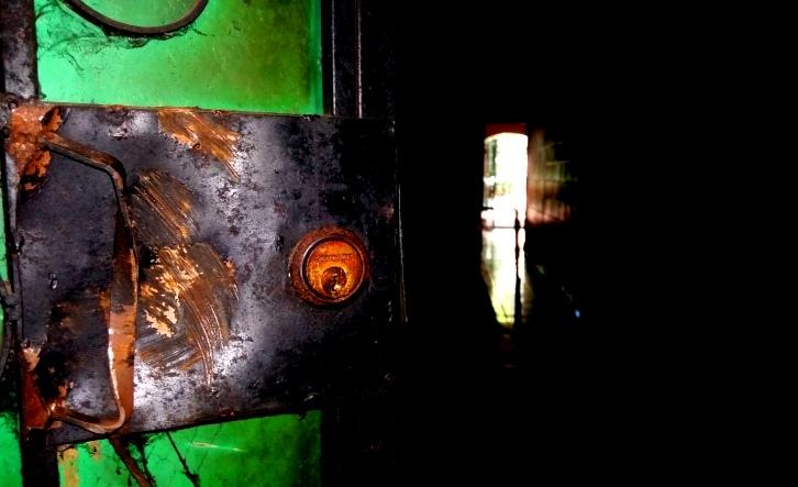 Foto D1. Salvador Sagastizado. Las chapas de las puertas donde residía Dinora quedaron aplastadas.