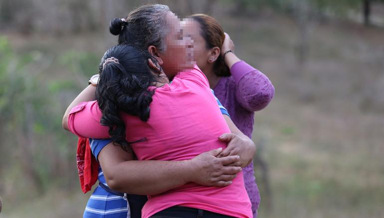 La esposa de un jornalero masacrado junto a 10 personas más, espera cerca de la escena del crimen. - Foto: Rodrigo Sura / Diario1