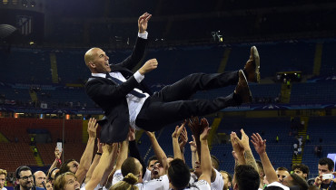 Real Madrid's French coach Zinedine Zidane is lifted by his players after Real Madrid won the UEFA Champions League final football match between Real Madrid and Atletico Madrid at San Siro Stadium in Milan, on May 28, 2016. / AFP PHOTO / PIERRE-PHILIPPE MARCOU