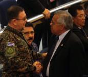 Ministro de la Defensa, David Munguía Payés, dialoga con el diputado de ARENA, el militar retirado Mauricio Vargas. Foto D1/Rodrigo Sura