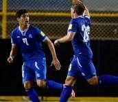 Los seleccionados nacionales Nelson Bonilla y Pablo Punyed celebrando el empate ante Honduras conseguido el 25 de marzo en El Salvador. Foto D1, AFP.