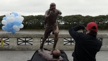 A boy takes pictures of a sculpture of Argentina's forward Lionel Messi after it was unveiled by Buenos Aires Mayor Horacio Rodriguez Larreta at the Paseo de la Gloria which pays tribute to Argentine renowned sports figures, in the South Coast promenade in Buenos Aires, on June 28, 2016. / AFP PHOTO / JUAN MABROMATA