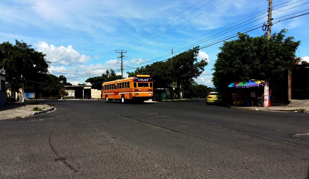 """Desvío """"La Ceibita"""". La calle de la derecha lleva hacia El Limón, la que sigue el bus amarillo lleva hacia Bosques del Río - Foto: D1/ Salvador Sagastizado"""