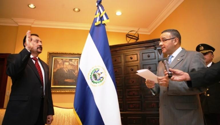 Mauricio Funes juramentando a Miguel Menéndez Avelar como presidente de CIFCO.