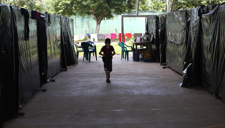 Albergue improvisado habilitado por la Alcaldía de Caluco para las familias que abandonaron sus casas en el cantón El Castaño. Foto D1, Rodrigo Sura.