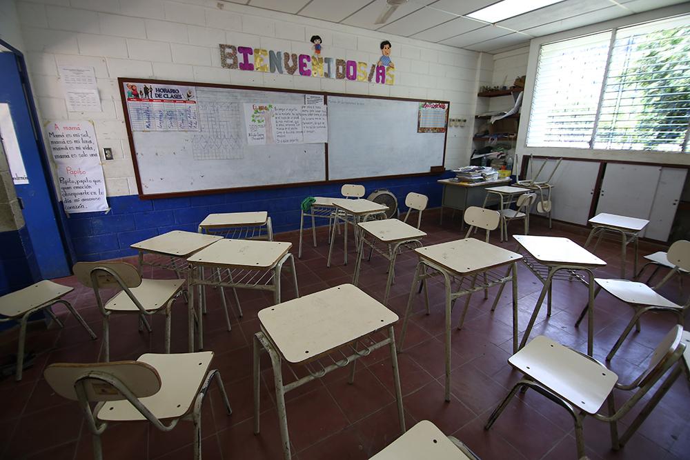 Aula sin alumnos en el centro escolar Los Castaños, Caluco.