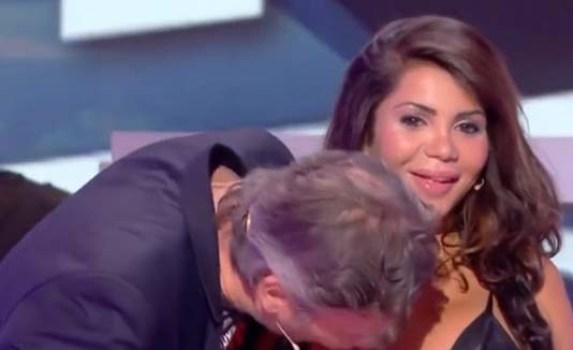 periodista besa pecho a actriz