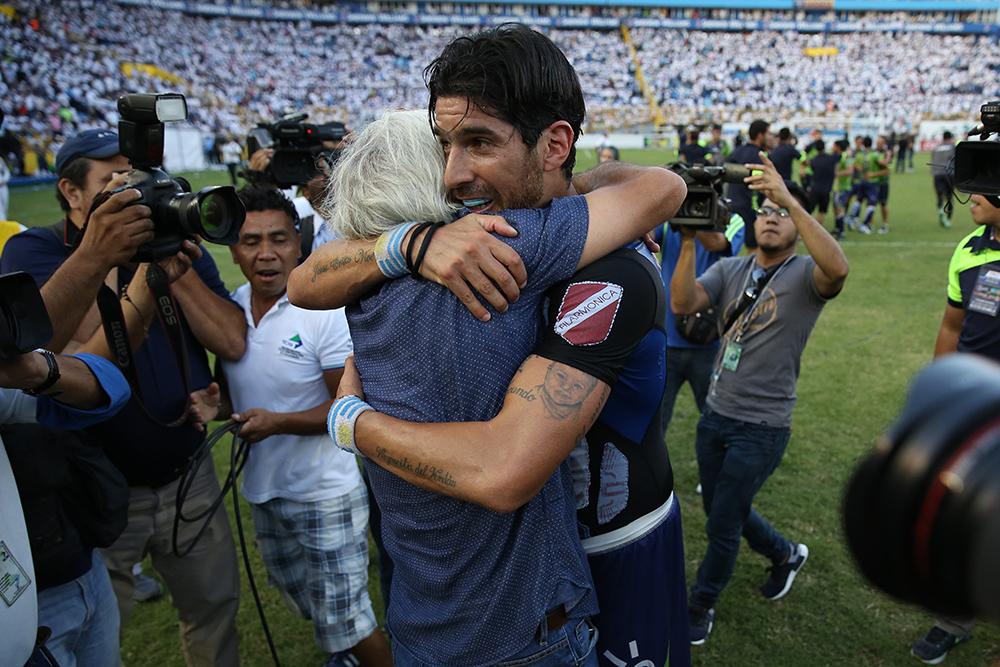 Ernesto Corti y Sebastián Abreu se abrazan tras la victoria en la final del Torneo Apertura 2016. Foto D1, Rodrigo Sura.