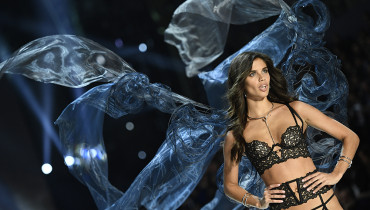 Portuguese model Sara Sampaio presents a creation during the 2016 Victoria's Secret Fashion Show at the Grand Palais in Paris on November 30, 2016.  / AFP PHOTO / Martin BUREAU / RESTRICTED TO EDITORIAL USE