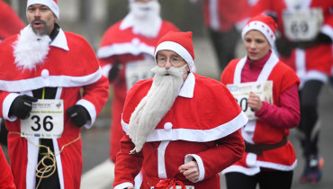"""Runners dressed in Santa Claus costume run the 8th """"Michendorfer Nikolauslauf"""" on December 04, 2016 in Michendorf, eastern Germany. / AFP PHOTO / dpa / Ralf Hirschberger / Germany OUT"""