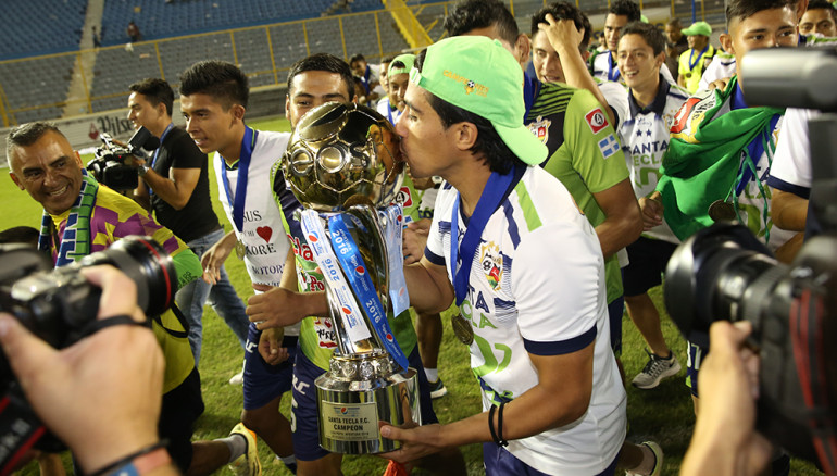 Gerson Mayén besa la copa.   Foto D1/Rodrigo Sura