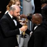 "Jordan Horowitz, productor de ""La La Land"" (izq) entrega el Óscar a Barry Jenkins productor de ""Moonlight"" (der.) después del nombrar la película equivocada como ganadora del galardón. Foto AFP.D1."