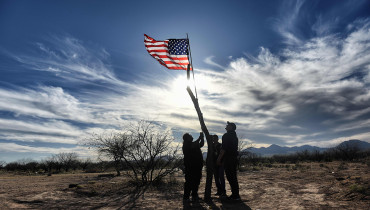 Indigenous people from the Tohono O'odham ethnic group take part in a protest against US President Donald Trump's intention to build a new wall in the border between Mexico and United States, on March 25, 2017, in the Altar desert, in Sonora, in the border with Arizona, northern Mexico. / AFP PHOTO / Pedro Pardo