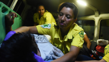 Volunteers of the Rescuers' Commando emergency service assist a young wounded boy as they take him to the National Hospital in San Salvador, on March 6, 2017. / AFP PHOTO / Marvin RECINOS
