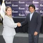 Jorge Quezada de INDES y Justa Bequer Díaz, del INDER de Cuba, durante firma de convenio en diciembre de 2016.