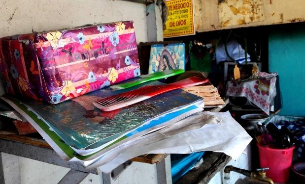 Cuadernos que Yamileth dejó en la pupusería. Foto D1, Salvador Sagastizado.