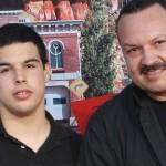 José Emiliano Aguilar (izquierda) y su padre Pepe Aguilar. Foto tomada de Internet.