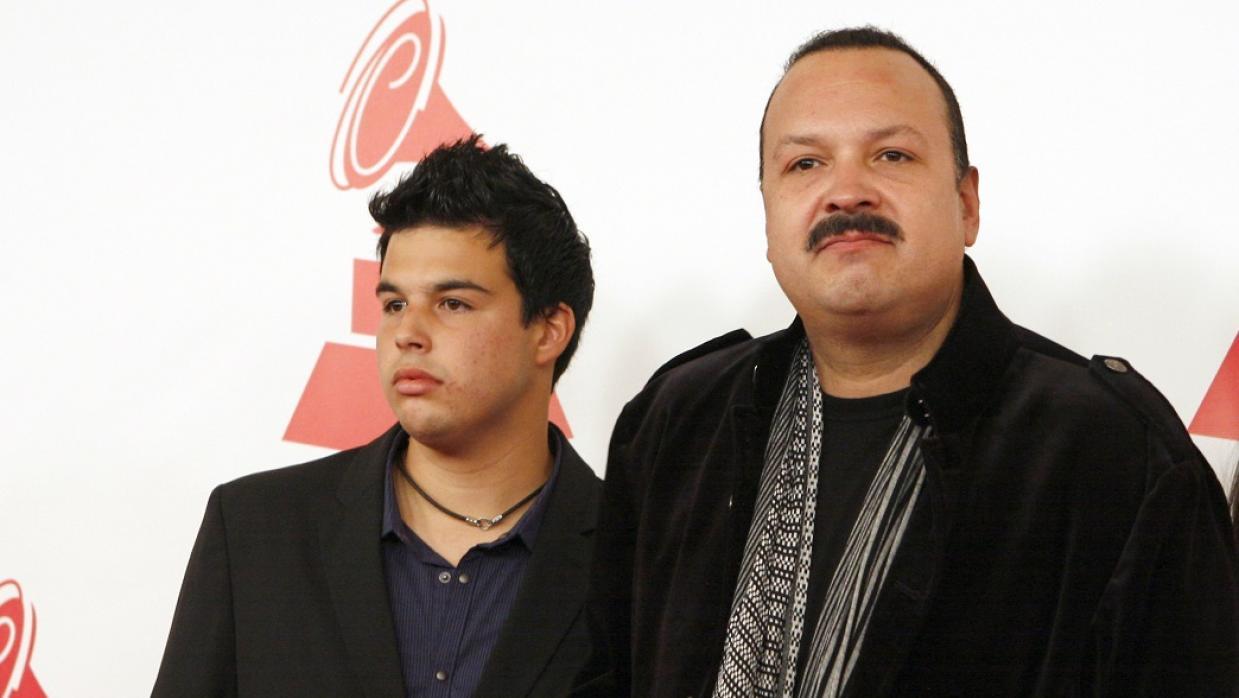José Emiliano Aguilar (izquierda) y su padre Pepe Aguilar. Foto de AFP.