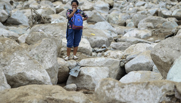 A woman cries amidst the rubble left by mudslides following heavy rains in Mocoa, Putumayo department, southern Colombia on April 2, 2017. The death toll from a devastating landslide in the Colombian town of Mocoa stood at around 200 on Sunday as rescuers clawed through piles of muck and debris in search of survivors. / AFP PHOTO / LUIS ROBAYO