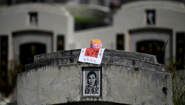 A cupcake is seen on top of a grave at a cemetery during the annual Qingming festival in Kuala Lumpur on April 4, 2017.  During Qingming or Tomb Sweeping Day, Chinese traditionally tend the graves of their departed loved ones and often burn paper money, model houses, cars, mobile phones and other goods as offerings to honour them and keep them comfortable in the afterlife. / AFP PHOTO / MANAN VATSYAYANA