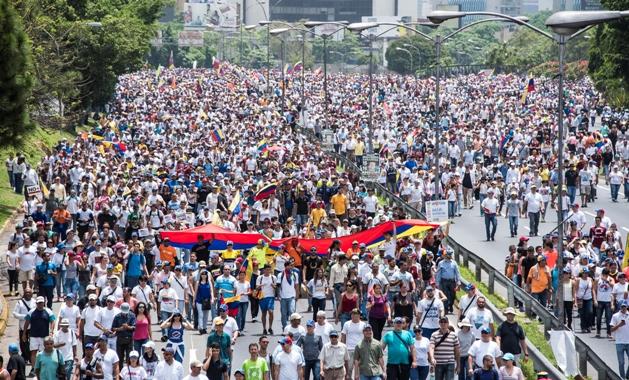 Miles de personas se reúnen contra el presidente venezolano, Nicolás Maduro, a lo largo de la carretera Francisco Fajardo, en el este de Caracas. Foto D1, AFP.