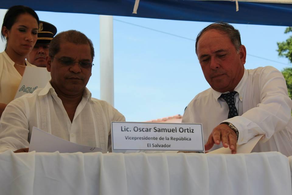 Óscar Ortiz y Juan Samayoa durante la apertura de un desarrollo inmobiliario de Salazar Romero. Foto Diario1.