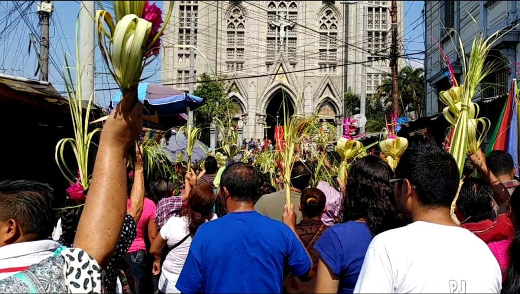 Procesión en San Salvador. Iglesia El Calvario. Imagen de Roberto Cardoza