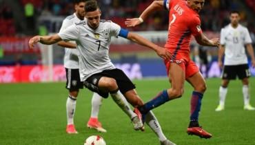 Julian Draxler disputa el balón con Alexis Sánchez. Foo D1, AFP.