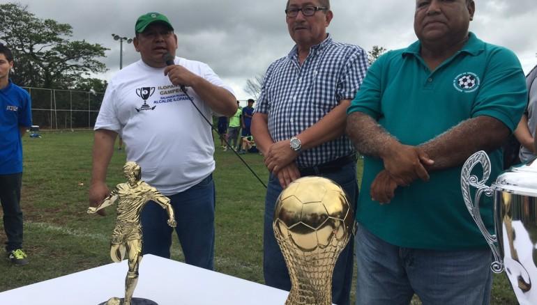 Alcalde de Ilopango, Salvador Ruano, al momento de la premiación de la final de la Tercera División. Foto: Alcaldía de Ilopango.