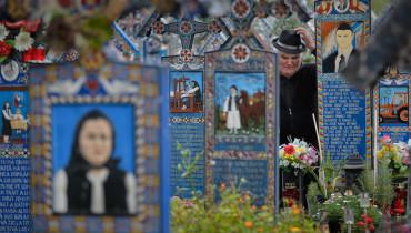 RUMANIA-cementerio-tumbas-coloridas02