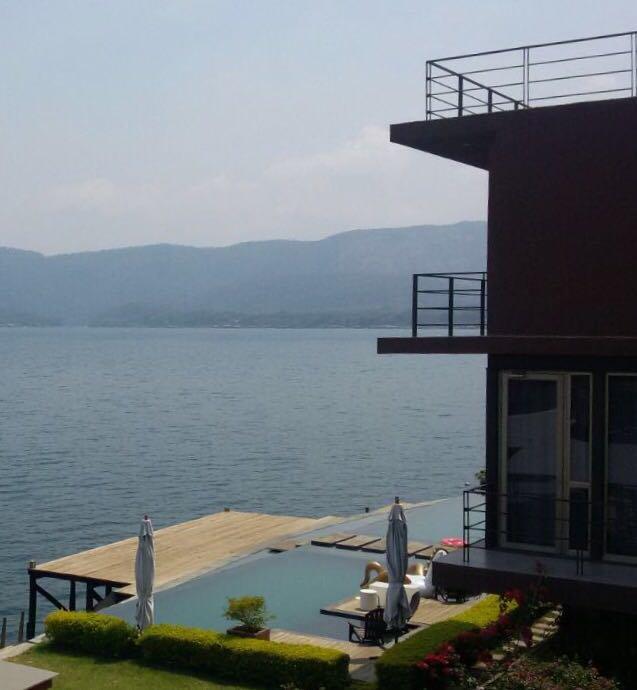 Foto FGR. Mansión en el lago de Coatepeque.