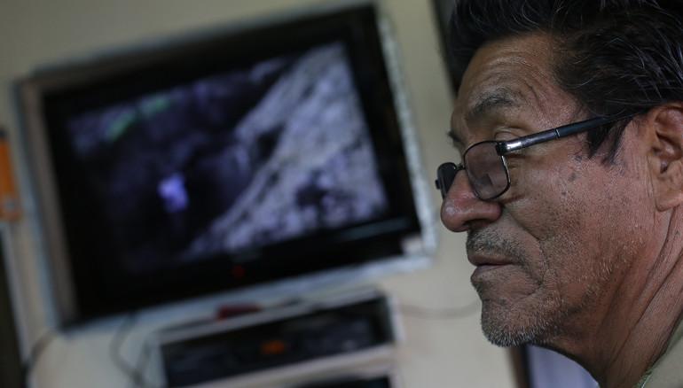 Juan Hernández, de 68 años de edad, muestra video que grabó en Las Colinas pocos días después del terremoto de 2001.  FOTO: D1/MIGUEL LEMUS