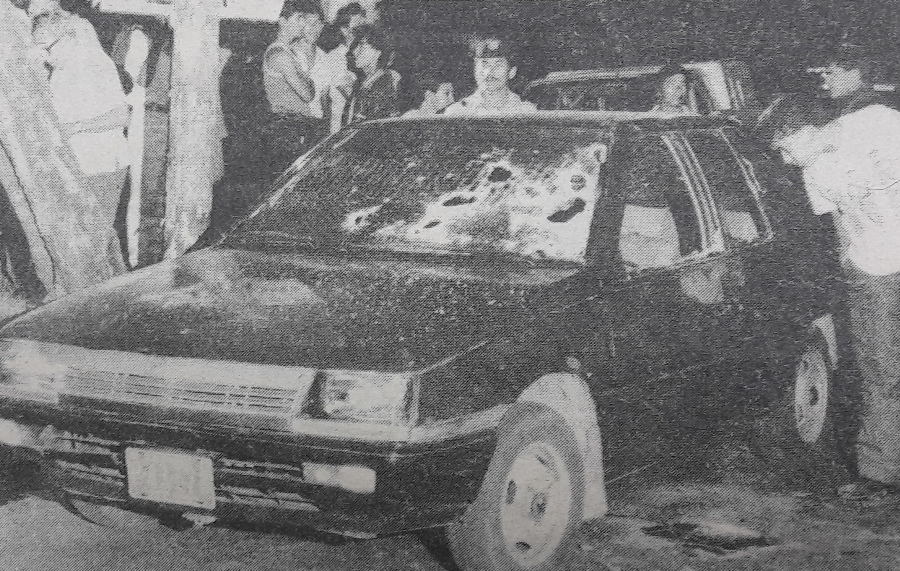 """Fotografía de la escena del crimen de Napoleón Romero García """"Orestes"""", (comandante Miguel Castellanos) publicada el 17 de febrero de 1989 en El Diario de Hoy. Foto: archivo EDH"""