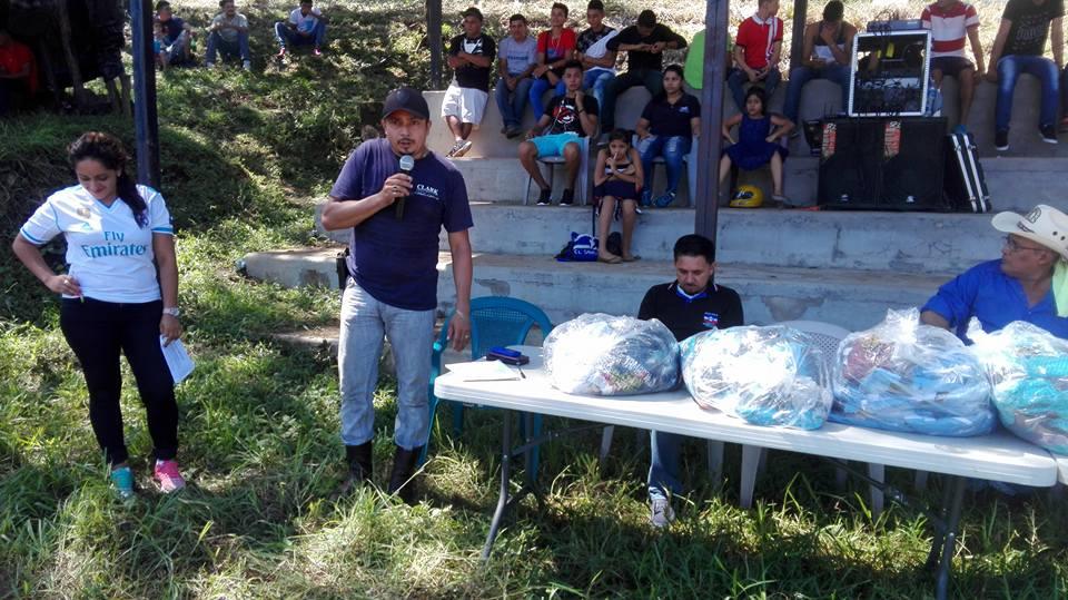 """Foto Alcaldía San Antonio de la Cruz. El alcalde Lucio Ayala, alias """"El Patrón"""" o """"El Toro"""" durante un evento deportivo."""