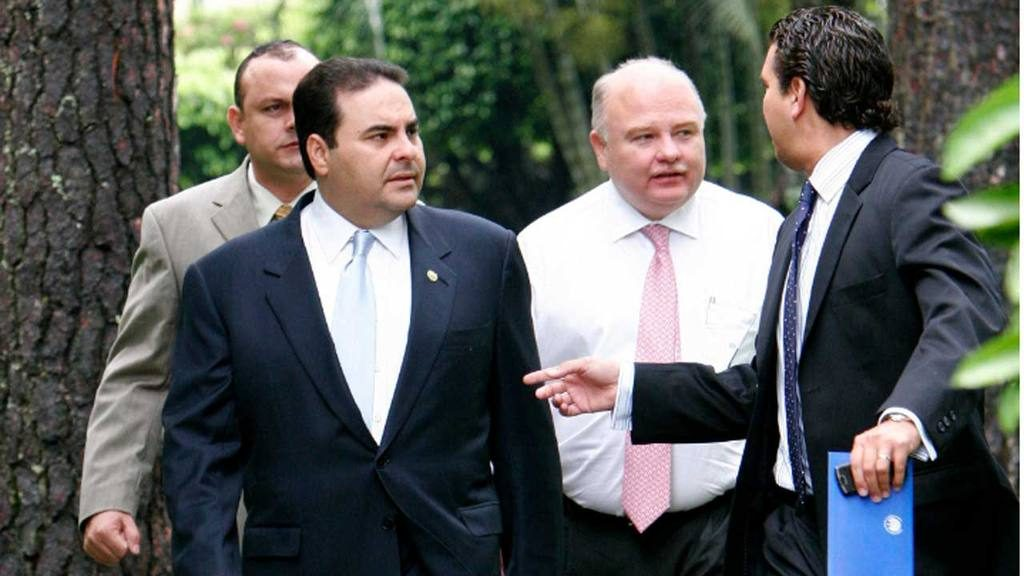 Herbert Saca, de saco gris, aparece atrás del entonces presidente Elías Antonio Saca.
