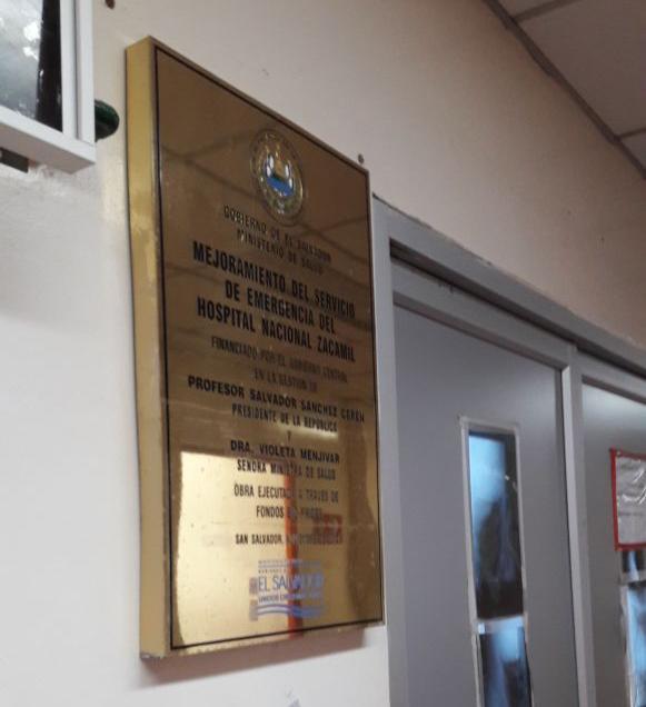 Placa conmemorativa junto a la entrada de la unidad de máxima urgencia del Hospital Zacamil. Foto: D1/GERARDO ARBAIZA