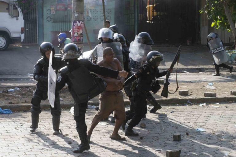 Managua 21 de Abril 2018 Un señor con problemas mentales es lastimado brutalmente por policias antimotines a la ora de replegar a los protestantes. Foto Jader Flores/ LA PRENSA
