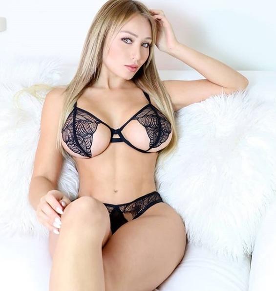 Daniella Ch+ívez 04