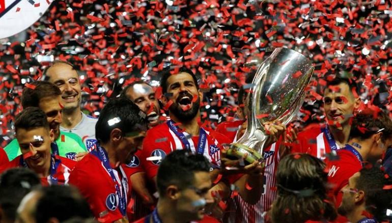 El plantel del Atlético de Madrid en su celebración tras conseguir la Supercopa UEFA. Foto: EFE.
