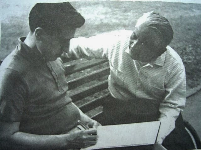 Miguel Mármol (derecha) junto al poeta Roque Dalton en Praga.