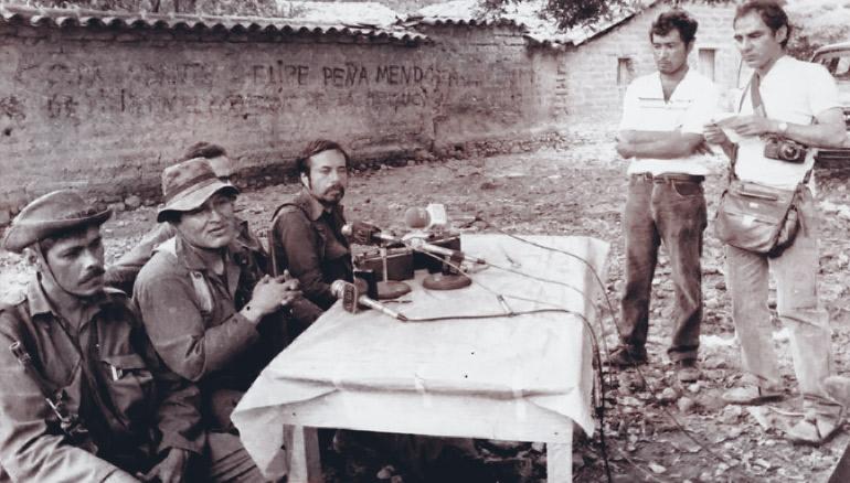 Salvador Sánchez Cerén, junto a otros comandantes guerrilleros durante el conflicto armado, junto a periodistas durante el conflicto armado.