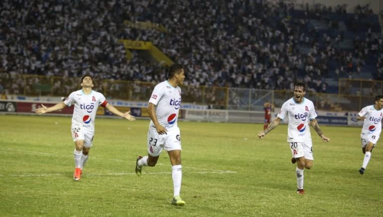 """Jugadores de Alianza corren a celebrar con José Ángel """"puma"""" Peña, luego de su agónico gol ante FAS. Foto D1: Miguel Lemus."""