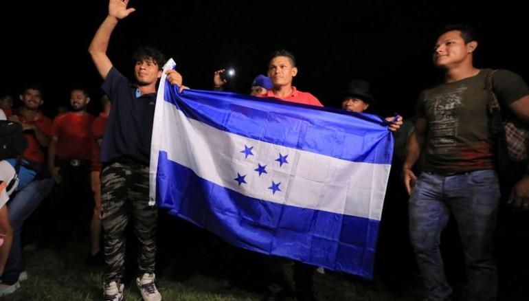 Irrumpen migrantes en frontera México-Guatemala; caminan a Tapachula