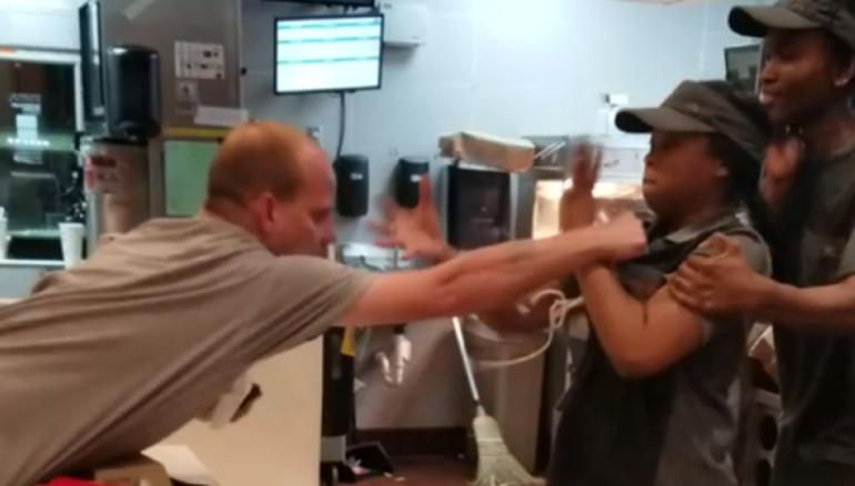 Cliente golpea a empleada porque en su mesa no había popotes #VIDEO