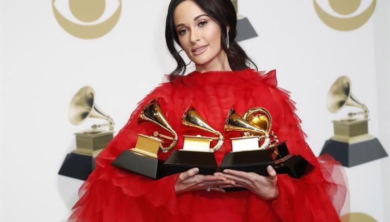 La cantante Kacey Musgraves con algunos de sus gramófonos ganados. Foto: EFE.