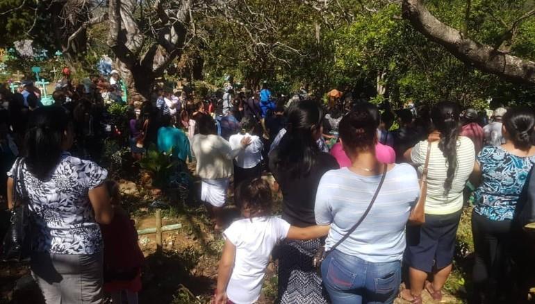 Familiares y amigos despidieron a Fernanda en un cementerio de Ahuachapán. Foto cortesía/ Diario 1.