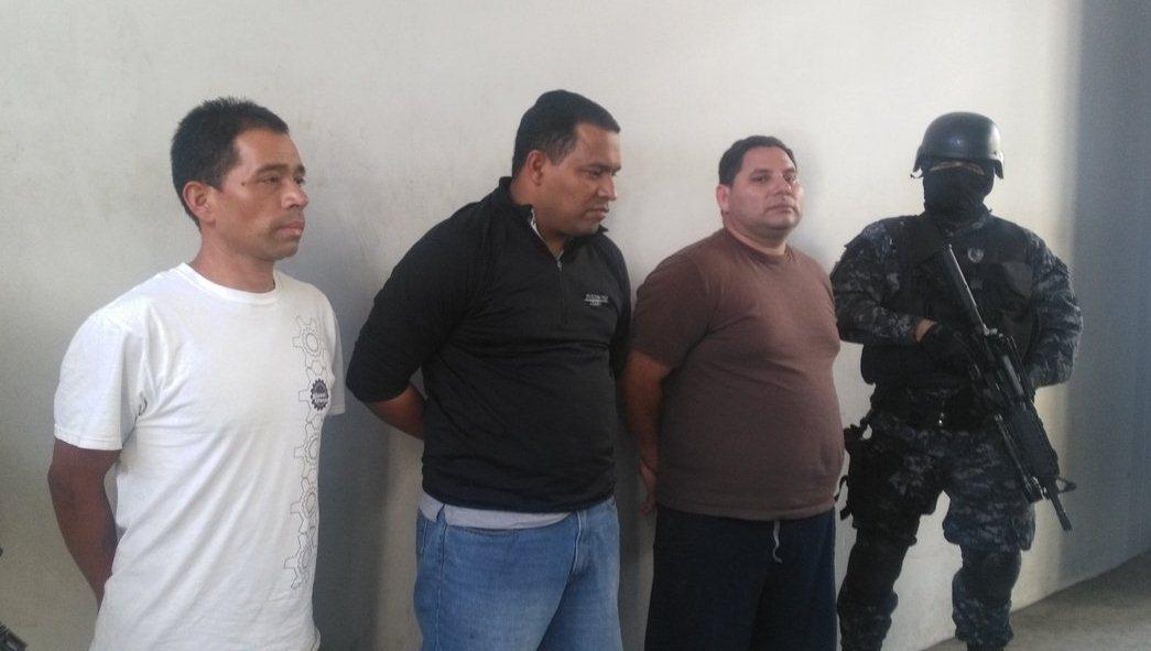 De izquierda a derecha: Santos Beltrán, Óscar Delgado y Samuel Delgado. Foto PNC