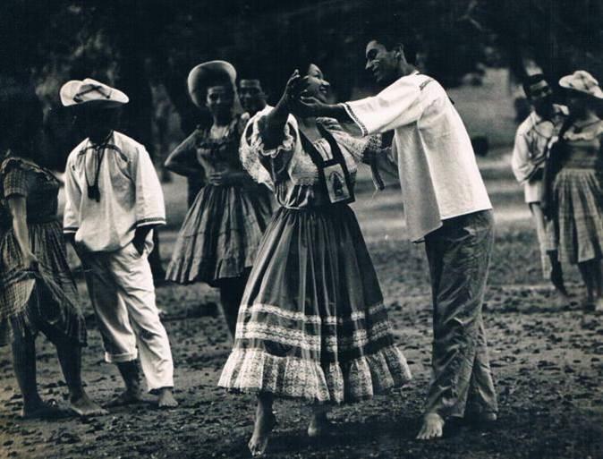 Morena Celarié junto a Vicente Aguiluz y su grupo Parque Cuscatlan 1962