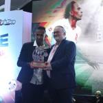 Bladimir Díaz recibió de manos de Fito Salume el premio Hombre Gol. Foto D1: Miguel Lemus.